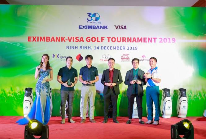 """Ông Nguyễn Cảnh Vinh – Quyền Tổng Giám đốc đại diện Eximbank (ngoài cùng bên phải) trao kỷ niệm chương cho đại diện của các công ty tham gia đồng hành cùng ngân hàng gây quỹ """"Trái tim cho em"""""""