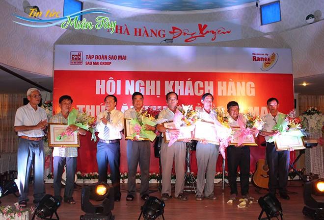 """Ông Lê Thanh Thuấn - Tổng Giám đốc Sao Mai Group (thứ 3 trái qua) """"cam kết"""" với hộ nuôi """"Ai nuôi cá cho IDI mà lỗ thì chính tôi lấy tiền túi ra bù"""""""