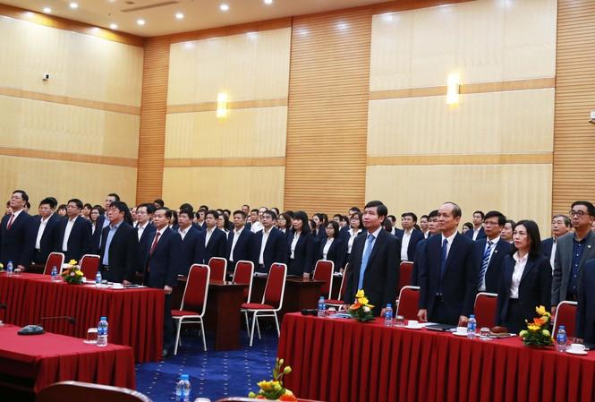 Toàn thể CCVC và đại biểu thực hiện nghi lễ Chào cờ
