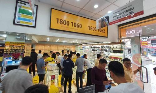Cửa hàng kinh doanh đồng hồ của Thế Giới Di Động tại Hà Nội thu hút nhiều khách hàng mua sắm trong ngày đầu khai trương