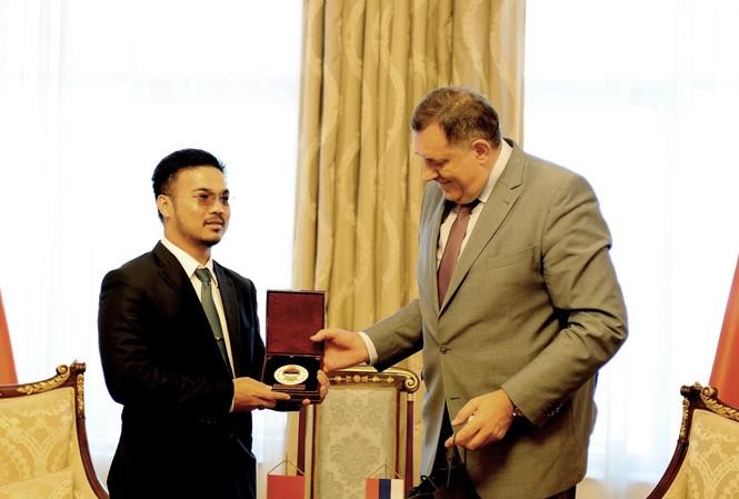 Tỷ phú Mai Vũ Minh nhận kỷ niệm chương của Tổng thống Bosnia – Herzegovina, Ngài Milorad Dodik.