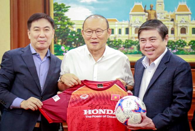 Huấn luận viên Park Hang Seo tặng quà lưu niệm cho Chủ tịch UBND TP HCM Nguyễn Thành Phong. Ảnh: Hữu Nguyên.