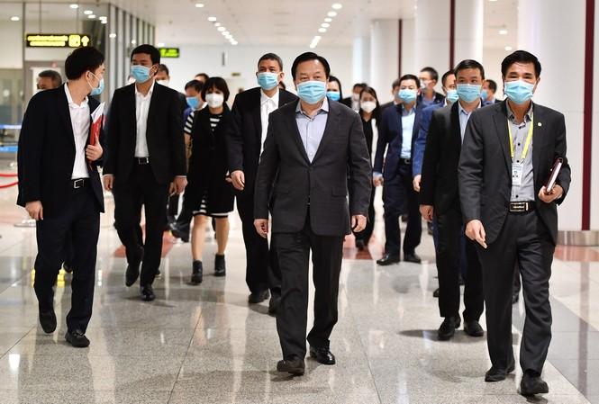 Đoàn kiểm tra công tác phòng chống dịch virus COVID-19 tại sân bay Nội Bài do ông Nguyễn Hoàng Anh - Ủy viên Trung ương Đảng, Chủ tịch Ủy ban Quản lý vốn nhà nước tại doanh nghiệp làm Trưởng đoàn (chính giữa ảnh).