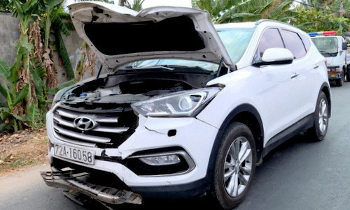 Chiếc ôtô hư hỏng phần đầu sau khi gây tai nạn. Ảnh: Quang Bình.