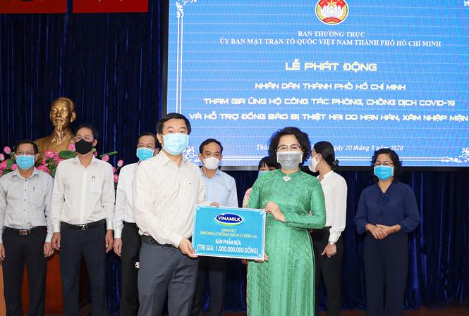 Đại diện Vinamilk trao tặng sản phẩm dinh dưỡng trị giá 1 tỷ đồng để hỗ trợ đội ngũ cán bộ y tế tuyến đầu chống dịch của TP.HCM