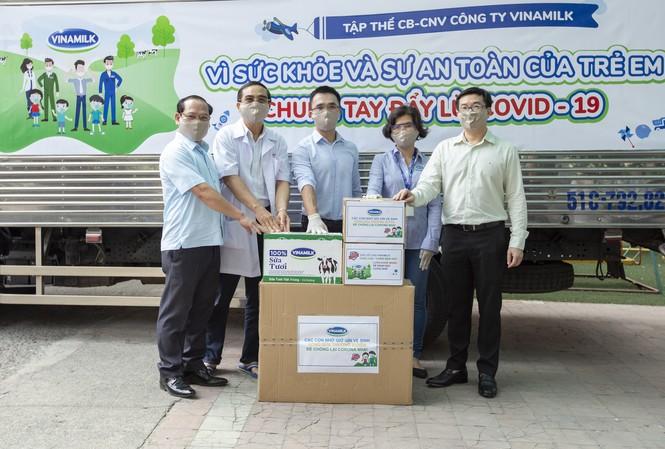 Đại diện Vinamilk trao tặng sữa, khẩu trang và xà phòng rửa tay cho Giám đốc Trung tâm Phục hồi chức năng và trợ giúp trẻ khuyết tật tại TP.HCM