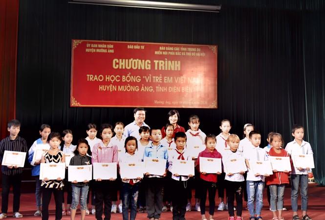 Tặng học bổng cho trẻ em gặp khó khăn tại huyện Mường Ảng