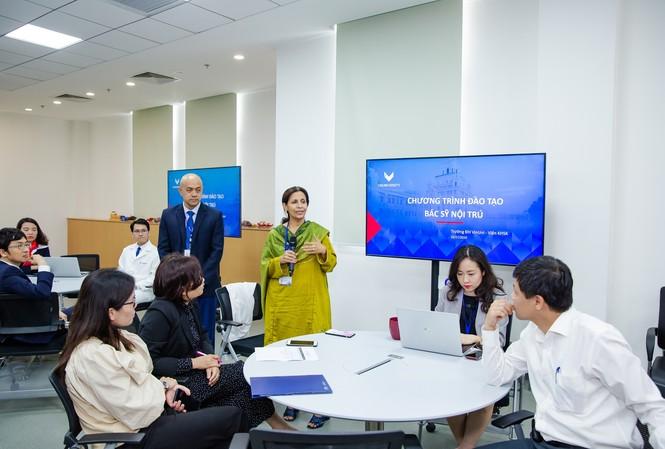 Đại diện lãnh đạo Viện Khoa học sức khỏe (trường ĐH VinUni) giới thiệu về chương trình đào tạo Bác sỹ nội trú trong ngày khai giảng
