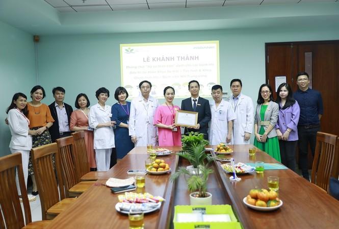 Đại diện Bệnh viện Nhi TW trao thư cám ơn cho ABBANK tại Lễ khánh thành – bàn giao