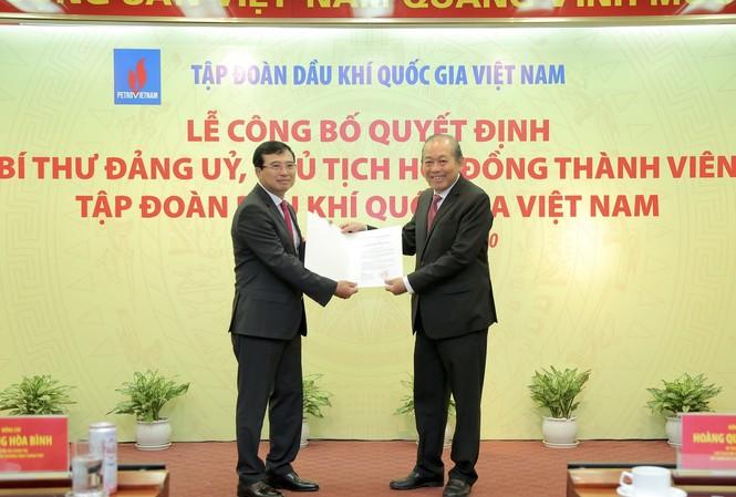Phó Thủ tướng Thường trực Chính phủ Trương Hoà Bình trao Quyết định bổ nhiệm Chủ tịch HĐTV Petrovietnam cho đồng chí Hoàng Quốc Vượng