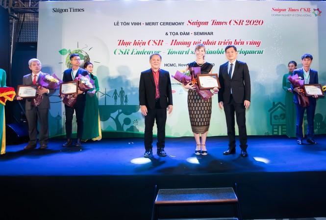 Cô Holly Bostock - GĐ Ngoại vụ cấp cao HEINEKEN Việt Nam nhận chứng nhận vinh danh Doanh Nghiệp vì Cộng đồng