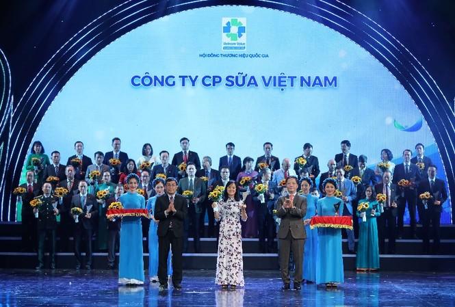 Bà Nguyễn Thị Minh Tâm – Giám đốc Chi nhánh Vinamilk Hà Nội đại diện nhận biểu trưng tại Lễ công bố các doanh nghiệp có sản phẩm đạt Thương Hiệu Quốc Gia năm 2020 diễn ra tại Hà Nội