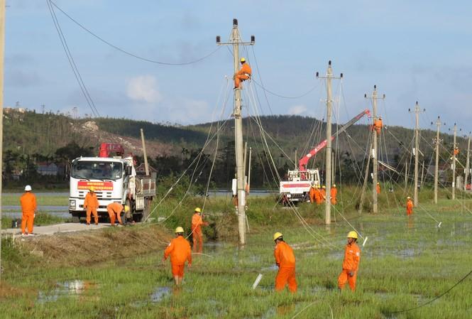 Các Công ty Điện lực Ninh Thuận, Bình Thuận, Lâm Đồng cử nhóm công tác gần 100 thành viên đến các tỉnh miền Trung hỗ trợ khắc phục sự cố lưới điện sau bão số 9