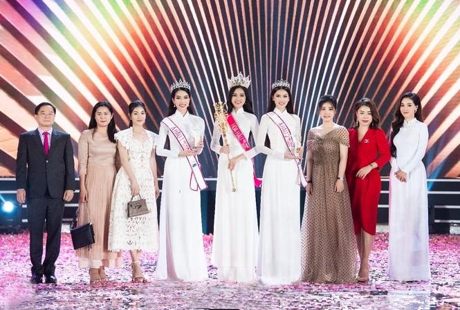 Đại diện Sâm Ngọc Linh Kon Tum K5 chúc mừng  hoa hậu Đỗ Thị Hà trong đêm đăng quang.