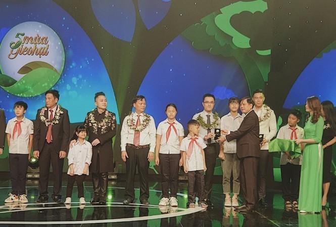 Ông Nguyễn Quang Thái, Giám đốc Phát triển Hoạt động Cộng đồng Vinamilk nhận kỷ niệm chương cho hành trình Vinamilk đồng hành cùng Cặp lá yêu thương