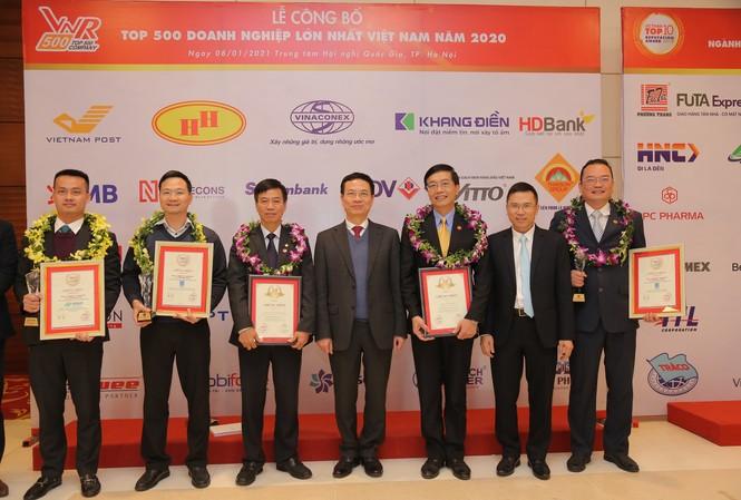 Bộ trưởng Bộ TTTT Nguyễn Mạnh Hùng chụp ảnh cùng đại diện Petrovietnam và các đơn vị thành viên