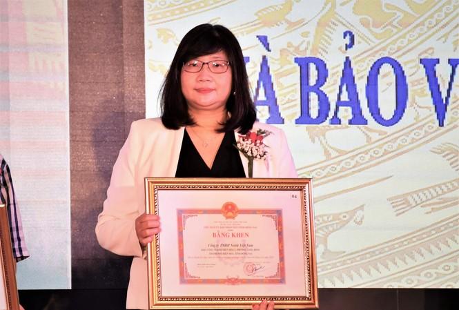 Bà Johana Wiriadinata, Giám đốc Tài chính công ty Nestlé Việt Nam nhận bằng khen vì thành tích xuất sắc