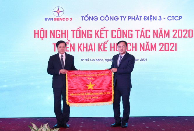 Ông Dương Quang Thành - Chủ tịch HĐTV EVN trao tặng Cờ Thi đua của Ủy ban Quản lý vốn Nhà nước tại doanh nghiệp cho Công ty Cổ phần Thủy điện Thác Bà đạt thành tích xuất sắc thuộc EVNGENCO 3 năm 2020