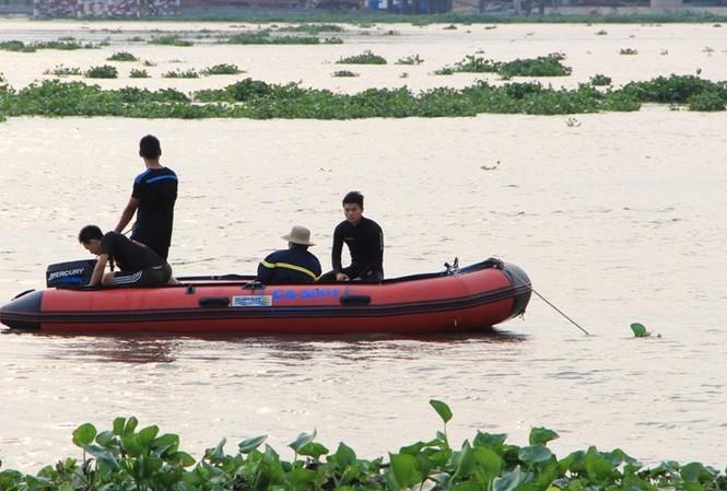 Người nhái đang tích cực tìm kiếm nạn nhân mất tích trên sông Sài Gòn