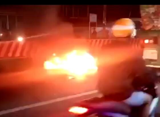 Chạy ngược chiều tốc độ cao gây tai nạn, 2 xe máy phát cháy khiến 3 người trọng thương