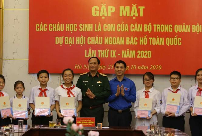 Tổng cục Chính trị tuyên dương 13 đại biểu về dự Đại hội cháu ngoan Bác Hồ là con cán bộ, chiến sĩ trong Quân đội có thành tích xuất sắc trong học tập và rèn luyện.