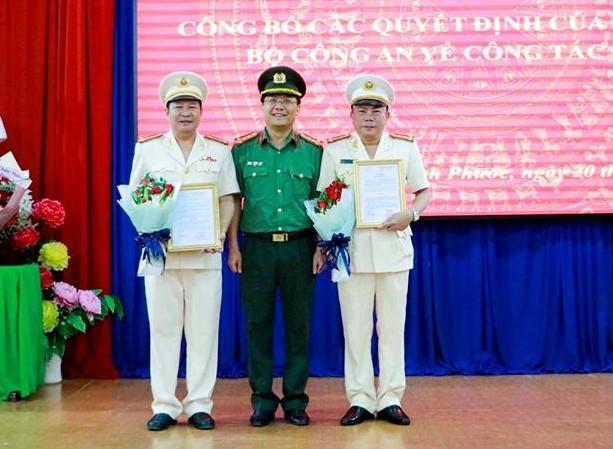Đại tá Lê Minh Thảo, Phó Cục trưởng Cục Tổ chức cán bộ (giữa) chủ trì lễ công bố các quyết định của Bộ trưởng Công an. Ảnh: Công an Bình Phước