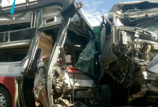Xe container lấn làn đâm trực diện xe khách, 4 người thương vong