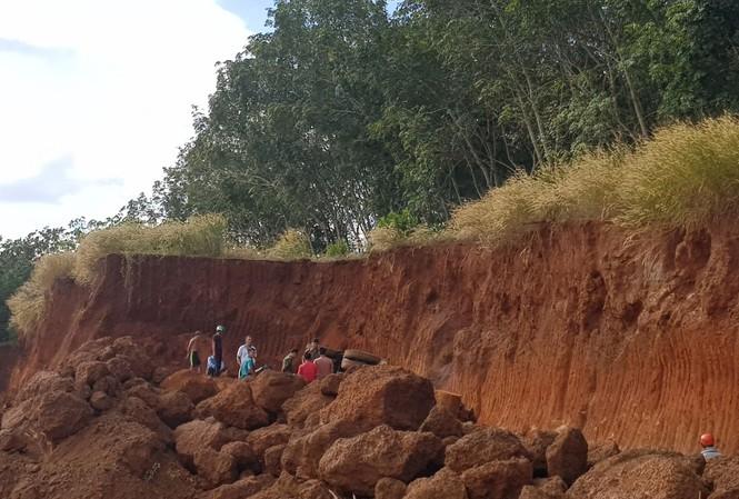 Bình Phước: Lật xe máy múc khai thác đất, tài xế tử vong tại chỗ