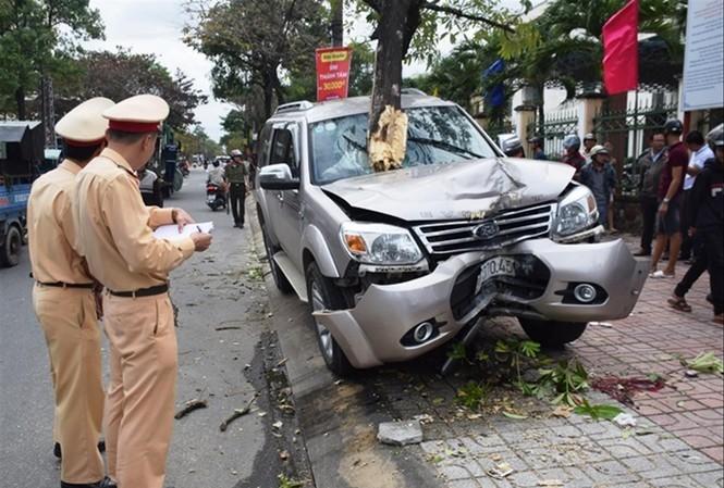Hiện trường vụ tai nạn do xe ô tô BKS: 92A-070.45 gây ra khiến con tử vong, mẹ bị thương nặng