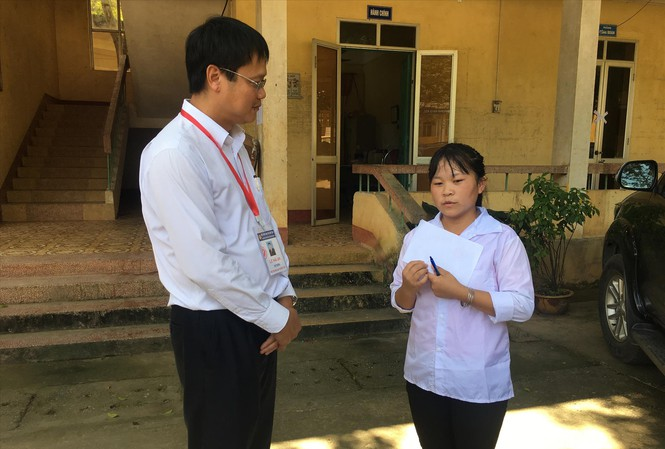Thứ trưởng Lê Hải An hỏi thăm động viên em Lý Thị Ban tại điểm thi trường THPT Nà Giàng, huyện Hòa An, Cao Bằng tại kỳ thi THPT quốc gia 2019 ảnh: NGHIÊM HUÊ