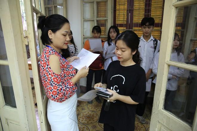 Giám thị kiểm tra thí sinh trước khi vào phòng thi tốt nghiệp THPT quốc gia 2019 ảnh: Hồng Vĩnh