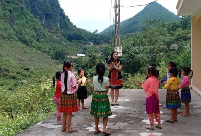 Cô giáo Phàng Thị Thúy và các em học sinh dân tộc Mông Ảnh: NVCC
