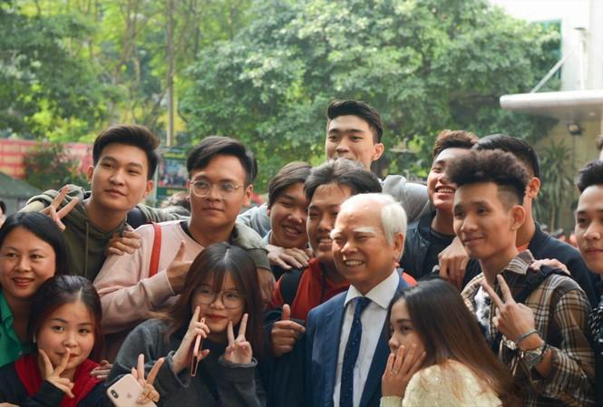 Nhà giáo Nguyễn Văn Hòa với học trò của mình