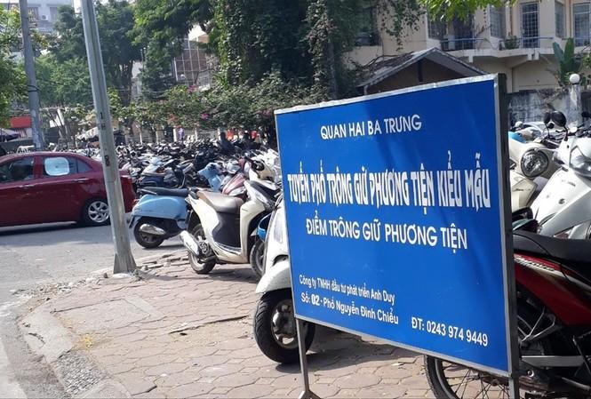 """Trưng biển """"Tuyến đường trông giữ phương tiện kiểu mẫu"""" nhưng điểm gửi xe trên phố Nguyễn Đình Chiểu chiếm gần trọn vỉa hè, thu tiền vé xe máy vượt 5.000 đồng/xeẢnh: Nguyễn Thắng"""