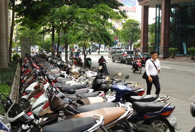 Vỉa hè nhiều tuyến đường khu vực trung tâm TPHCM bị tái chiếm làm bãi xe thu tiền