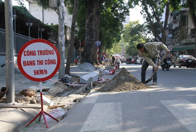 Dịp cuối năm, nhiều tuyến phố ở Hà Nội hiện đang được đào xới lên để lát đá  tự nhiên Ảnh: Trường Phong