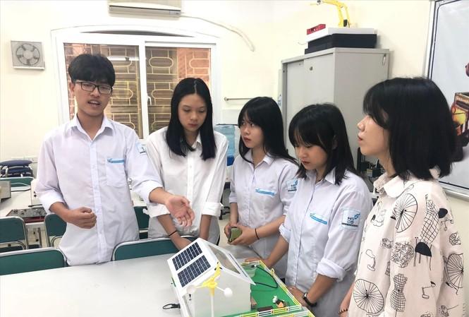 Trưởng nhóm Nguyễn Phúc Toàn giới thiệu về dự án ẢNH: LƯU TRINH