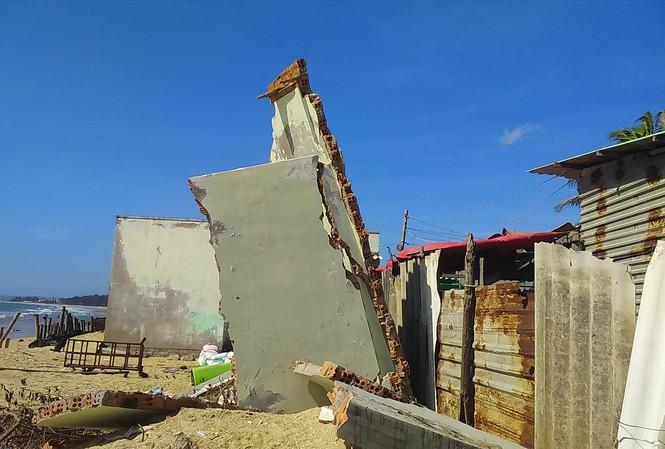 Nhiều đoạn bờ biển ở Bình Thuận bị xâm thực nặng nề