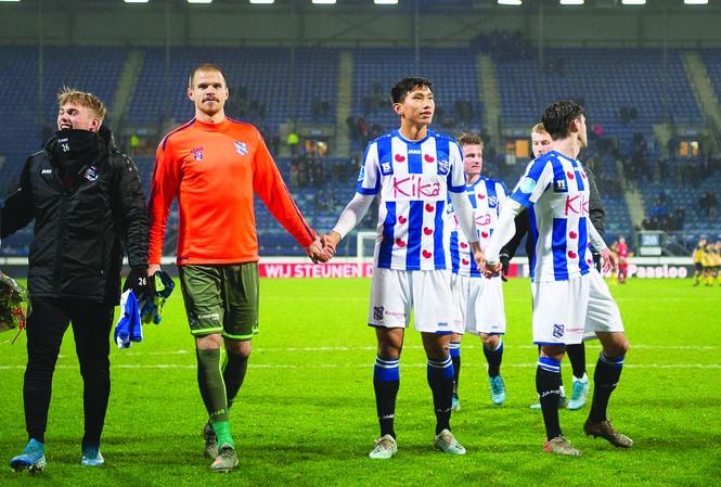 Để có được 4 phút trên sân trong màu áo Heereveen tuần trước, Văn Hậu đã phải chờ đợi khá lâu ảnh: Heereveen