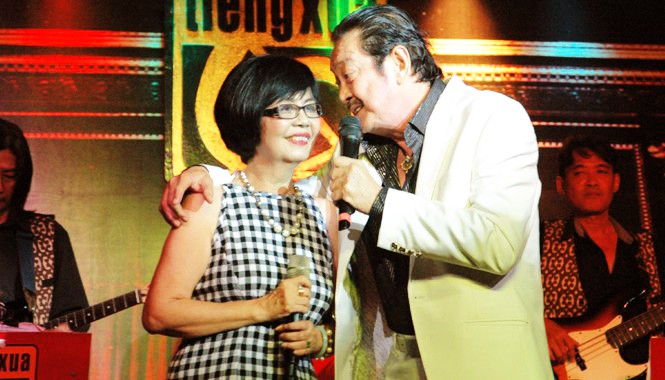 Nghệ sĩ Chánh Tín và nghệ sĩ Bích Trâm trên sân khấu Tiếng Xưa, năm 2014. Ảnh: Trần Nguyên Anh