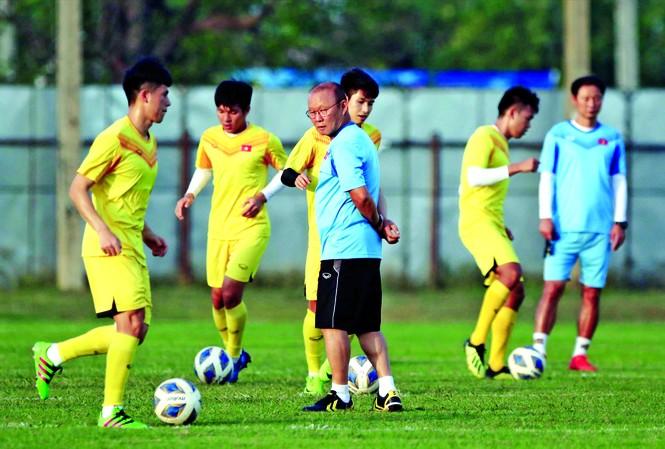 HLV Park Hang Seo theo dõi chặt chẽ các tuyển thủ ở hàng phòng ngự U23 Việt Nam luyện tập Ảnh: HỮU PHẠM