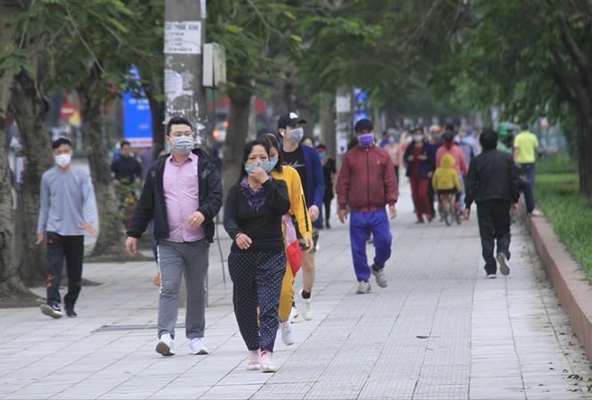 Người dân đi bộ, tập thể dụcở hồ đền Lừ chiều 5/4Ảnh: Trường Phong