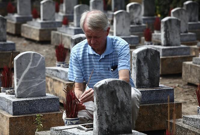 Chuck Searcy tại Nghĩa trang Trường Sơn