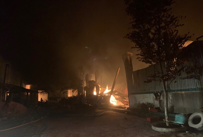 Cháy xưởng đũa ở Thanh Hóa lúc nửa đêm