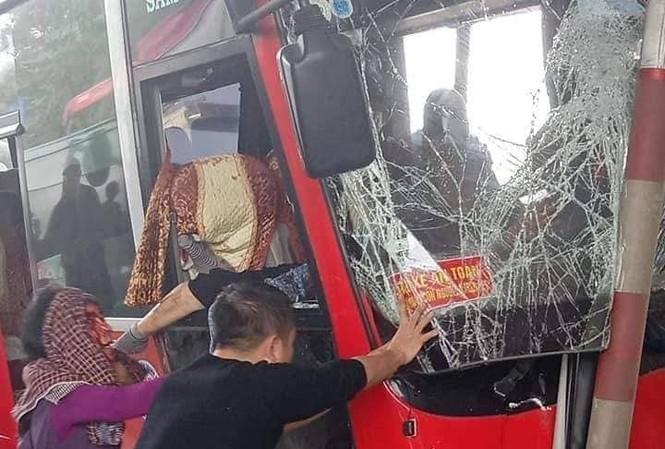 Xe khách đâm nát ca-bin trạm thu phí, 5 người bị thương