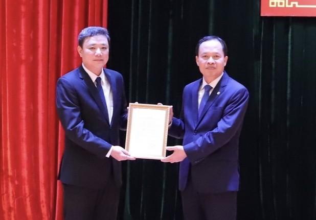 Bí thư Tỉnh ủy Thanh Hóa Trịnh Văn Chiến trao quyết định cho ông Lê Anh Xuân.