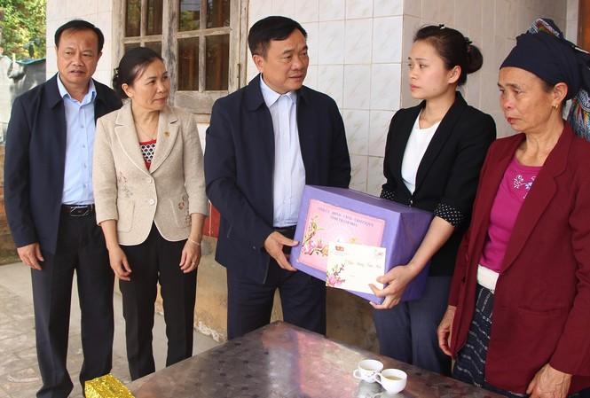 Ông Mai Sỹ Diến tặng quà cho các gia đình chính sách, hộ nghèo ở bản Cạn, xã Bát Mọt, huyện Thường Xuân.