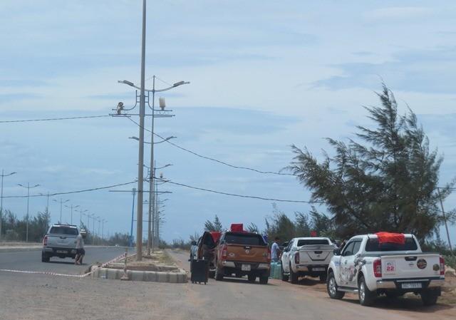 Nhiều người chặn đường để tổ chức đua xe trái phép trên tuyến đường Võ Nguyên Giáp.