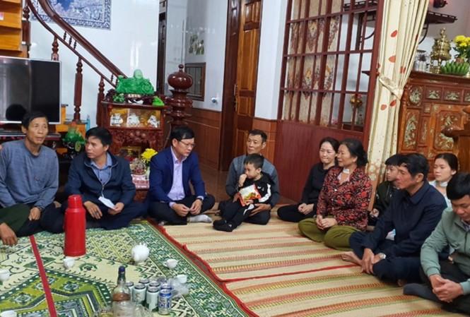 Lãnh đạo chính quyền địa phương thăm hỏi gia đình các nạn nhân