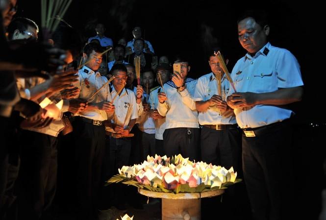 Những người cựu binh cùng thân nhân các anh hùng liệt sĩ thả đèn hoa đăng tri ân những người ngã xuống để bảo vệ chủ quyền biển đảo thiêng liên trong trận chiến bảo vệ Gạc Ma năm 1988.